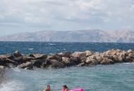 Rijetki kupači uživaju na velikim valovima