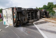 U prometnoj nezgodi prevrnut šleper na A1