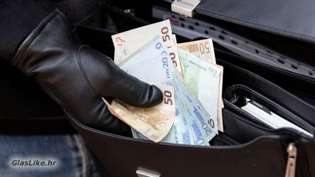 Ukralo kasu s novcem