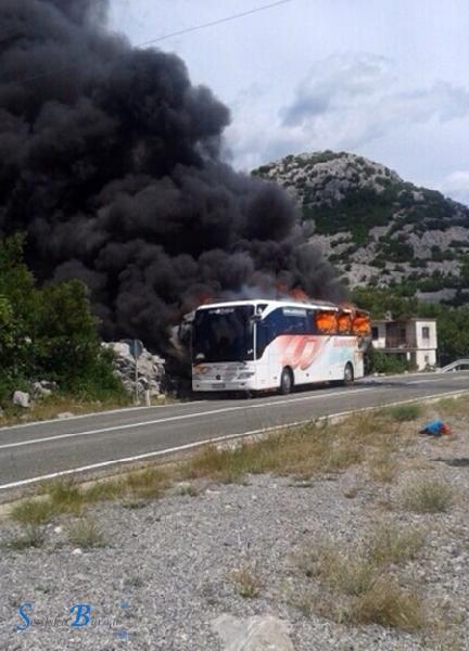 Kod Prizne izgorio autobus