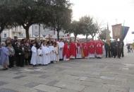Biskup Komarica u procesiji ulicama grada Senja