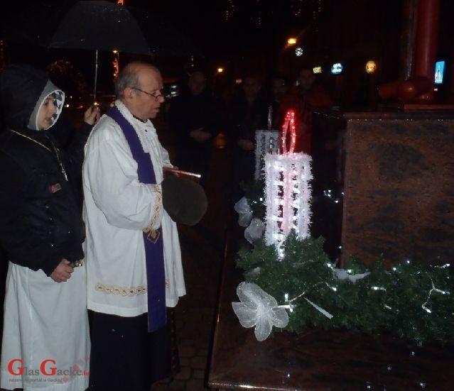 Paljenje prve adventske svijeće