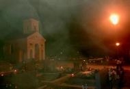Usred noći na osvjetljenu groblju