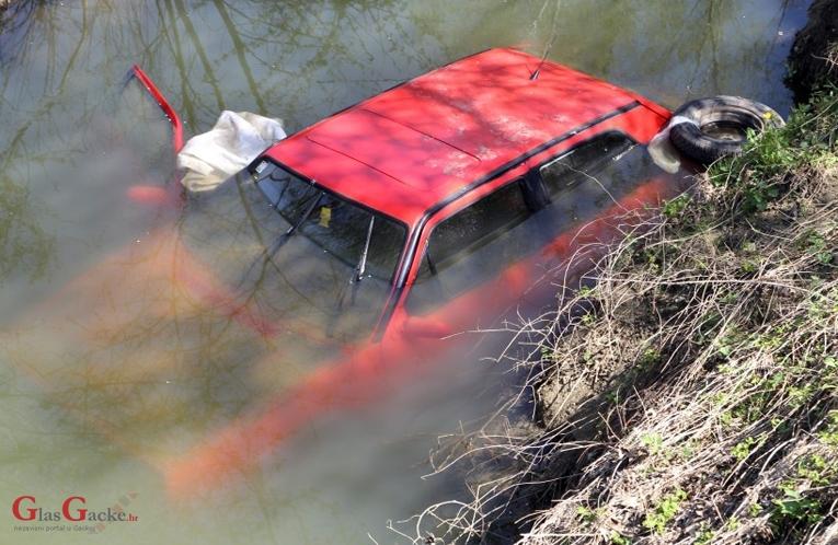 Sletio s automobilom u potok