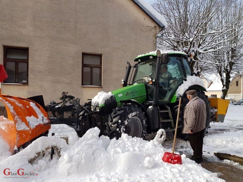 Načelnik Fumić u akciji čišćenja snijega