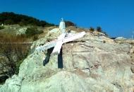 Križ na Lezbosu srušen jer NGO tvrdi da je - uvredljiv za migrante