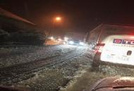 Gusti snijeg otežava promet na Vratniku