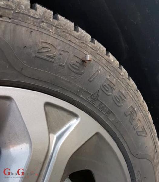 Konjski čavli u gumama automobila