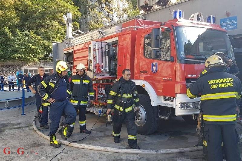 Gospićki vatrogasci preuzimanju novo vatrogasno vozilo povodom Dana vatrogastva i Dana Svetog Florijana