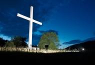 A zavjetni križ za sve proganjane svijetli
