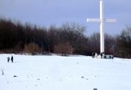 Bijeli križ na bijelom snijegu ...