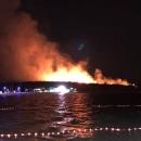 Požar je i dalje aktivan, ali nema više ugroze za ljude i objekte.